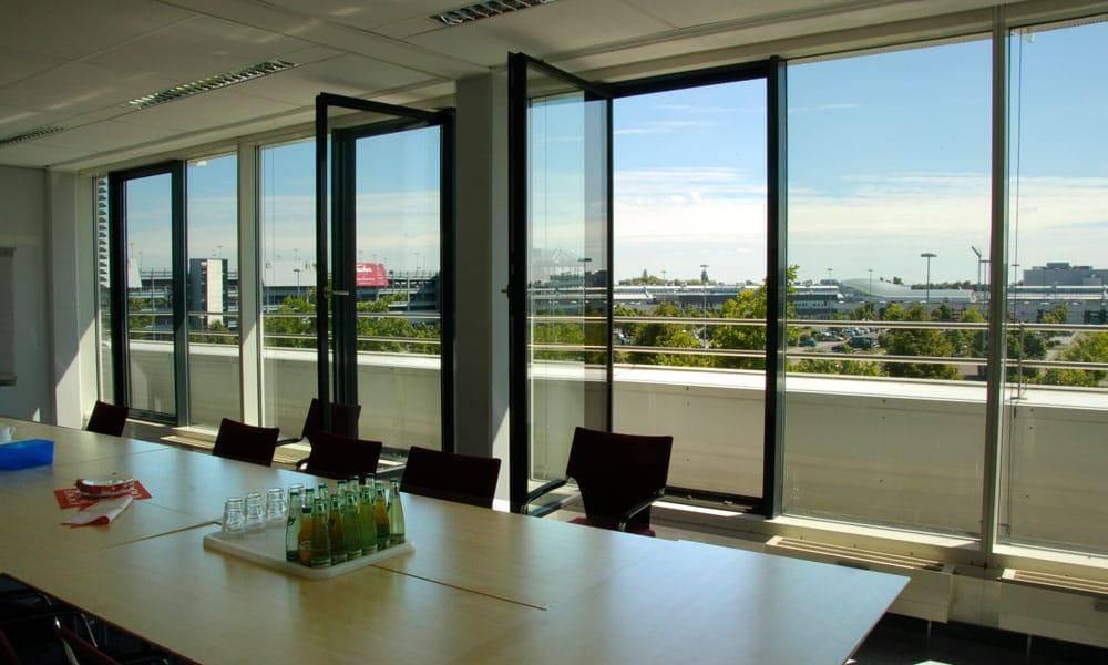 Seminarraum eines Büros mit Blick auf Leipzig