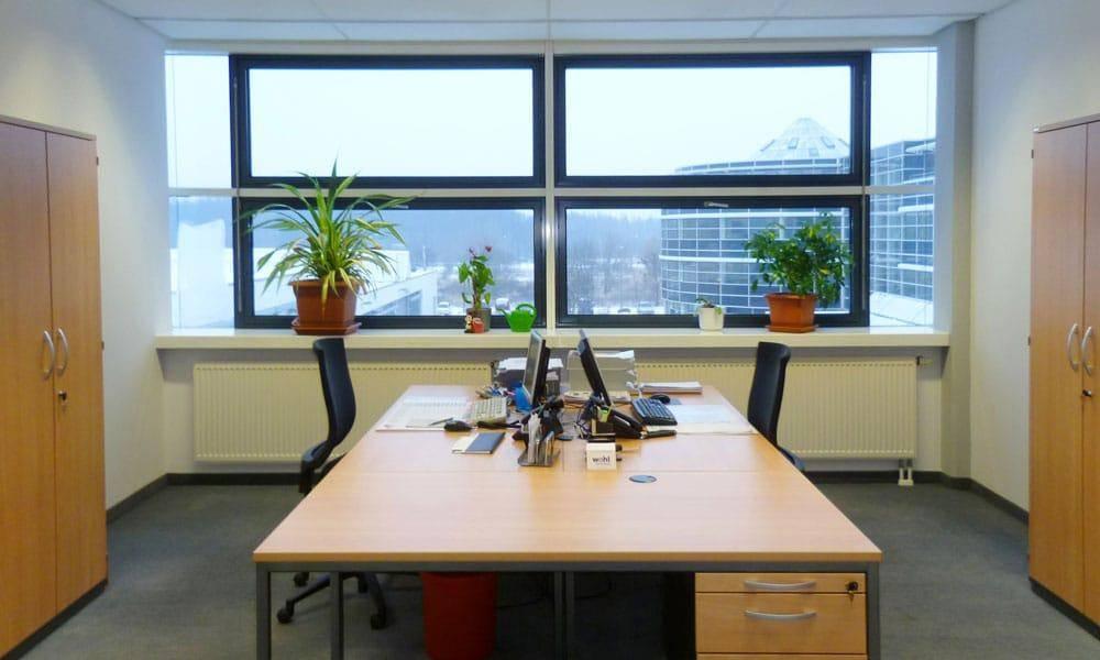 Beispiel für Büroeinrichtung mit Blick auf die Glasfassade